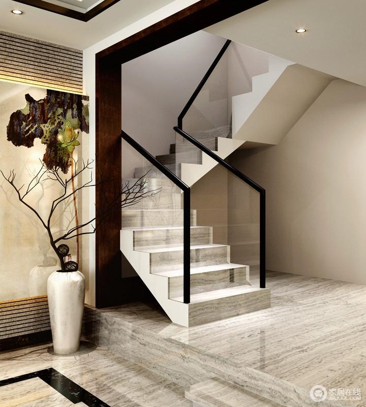 玄关铺贴的灰色砖石自称一派天然之境,中式元素装饰墙面,与白色陶瓷瓶内的干花形成一种写意感;楼梯的结构因为玻璃材质凸显出现代感,让材质的碰撞成为空间的亮点,给予生活素静。