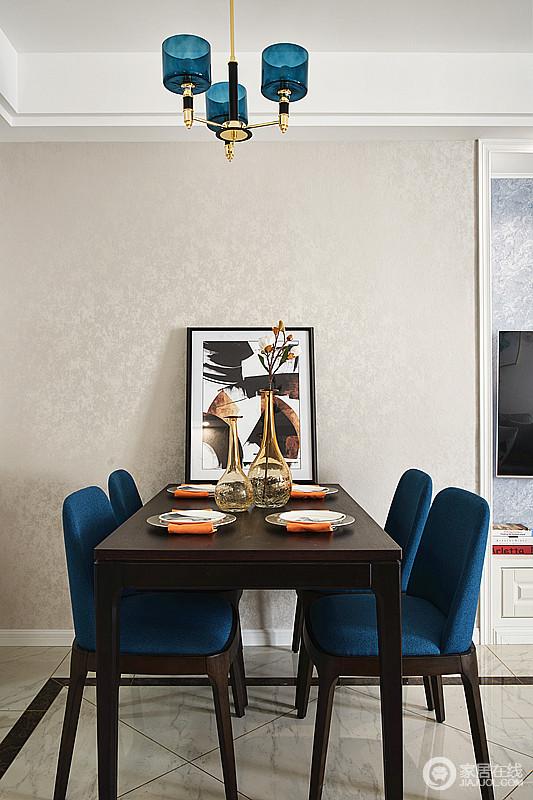 现代风的餐厅以米色金箔壁纸为空间升温,稳重的实木家具是质感的代表,咖色的抽象画饰,高雅的蓝色餐椅都是个性的组合,让就餐也变得更有气氛。