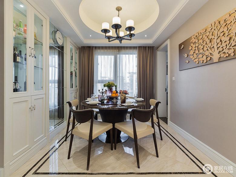玻璃、镜面、金属等材质的运用,让空间的现代质感更强;酒柜对称入墙,丝毫不占多余空间,避免了就餐环境的局促狭窄感。
