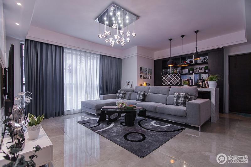 选用简洁的工业装饰产品,多采用直线、金属玻璃、不锈钢等材料来体现整体空间的现代感,虽然空间色调比较暗淡,却足够温馨。