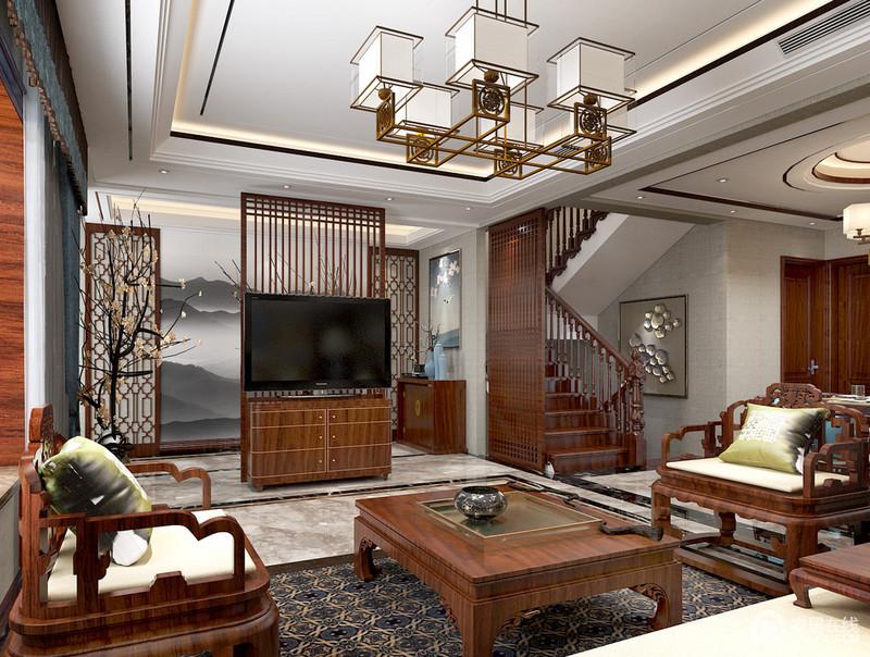 客厅没有电视墙,设计师创意的利用格栅屏风和组合柜,既作为电视墙使用,又作为门厅走廊与客厅间的隔断,同时呼应着对称的花窗隔断,让空间有种曲径通幽的意境。