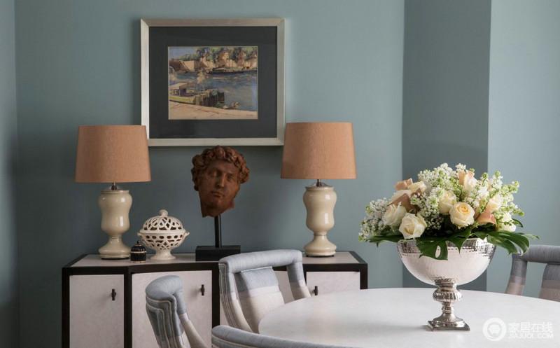 客厅的设计十分具有艺术气息,浅蓝色的漆带来一种清新,黑白相间地边柜上摆放了陶瓷台灯和雕塑作品,无形中提升了餐厅的艺术格调,大气而不失去精致。