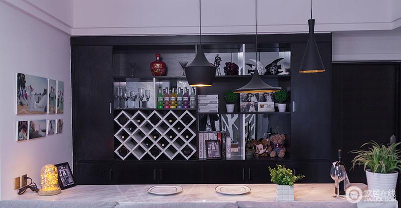 酒柜的设计给业主忙碌之余创造一个浪漫、情趣的空间,白色菱形酒柜和整个吧台的几何格实用之中透着现代摩登。
