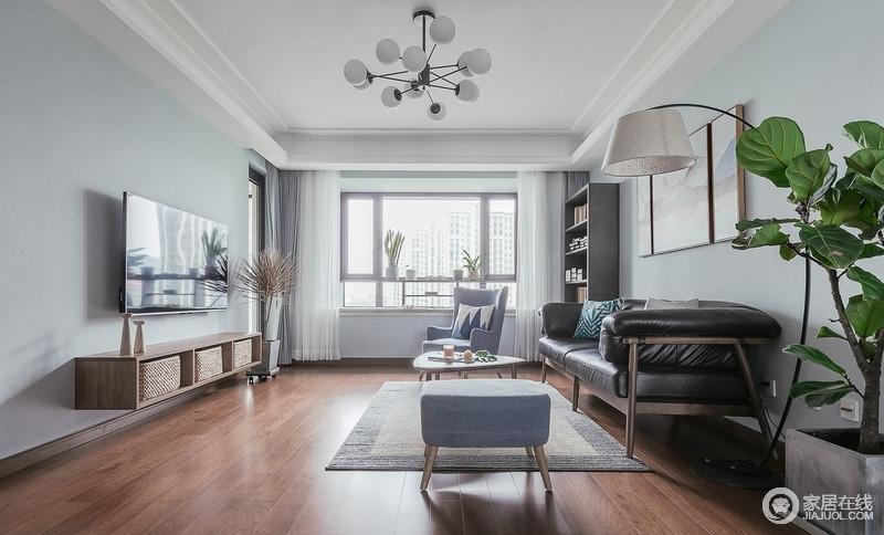 客厅是全家生活的主要场所,要有多样化的功能,来应对动态的生活及心情;一副现代抽象山水画作为客厅沙发背景,沉稳而端庄,与实木家具、灰蓝色扶手椅奠定了生活的安沉与和静。
