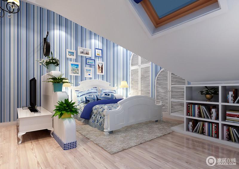 卧室虽然因为结构原因显得稍有局促,但是设计师巧妙地设计了地式书柜,让主人拥有自己的藏书之地;蓝色条纹壁纸让整个空间足够轻快和静,搭配白色家具,更是纯美了不少。