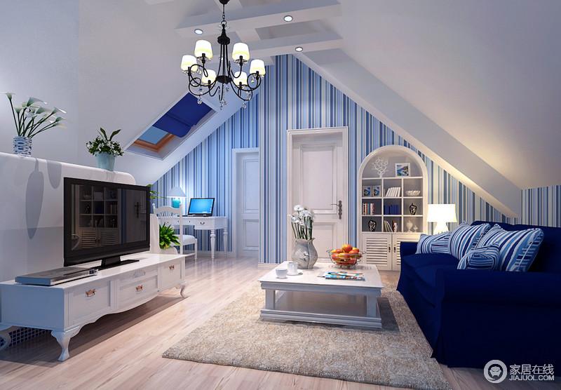 阁楼上的休闲室因为人字形的吊顶凸显了建筑结构的独特,白色为底的空间因为蓝色条纹壁纸和沙发等,裹挟出地中海的清雅,而简欧沙发组合却赋予生活一丝复古的精致感,满是惬意。