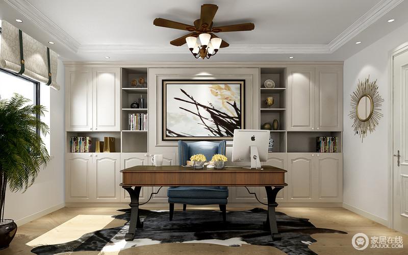 书房内的布置算是比较整洁,从定制得几何书柜到简欧实木书桌,搭配出沉稳和大气;金属装饰、人造动物毯搭配卷帘,让空间也愈加和谐。