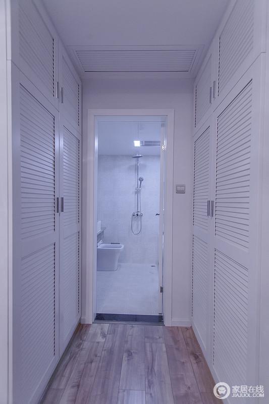 通过衣帽间进入主卧卫生间,这种设计对日常的生活非常方便,白色调的设计更显干净利落。