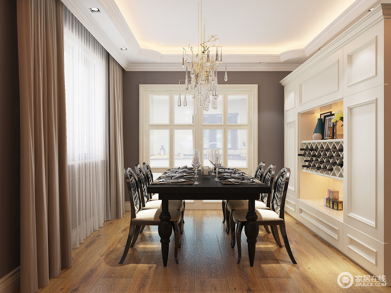 对于品质生活高频率就餐的家庭来说,这组活动的欧式餐边高柜远比一个看上去算得上高大上的餐边矮柜实用得多,开方格和红酒架以及造型门等保证了你足够收纳空间。