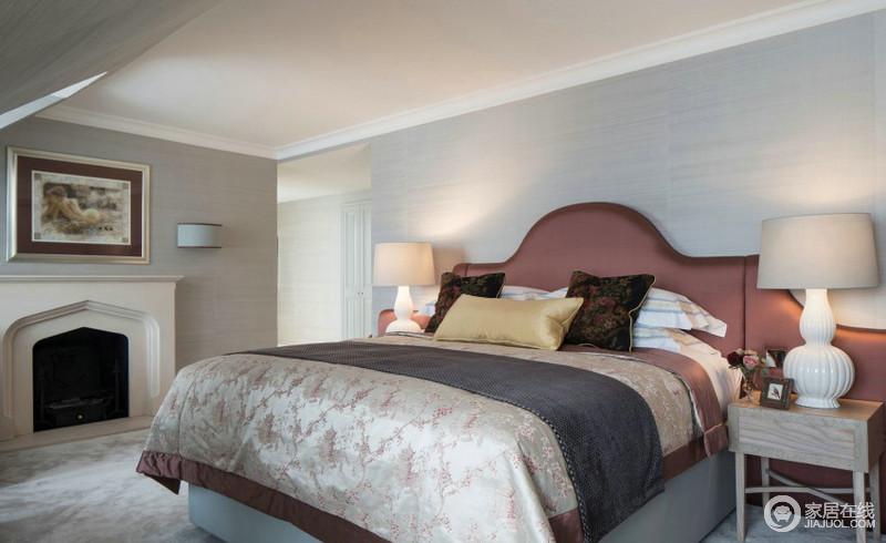 卧室整块整块的色调,以木纹板材来包裹墙面,让整个空间具有自然般的温和与朴质;壁炉上方的油画与其相得益彰,规整而大气,却给空间古典感;实木床头柜的精致,因为酒红色床头的搭配,变得更为贵气,不失温馨。