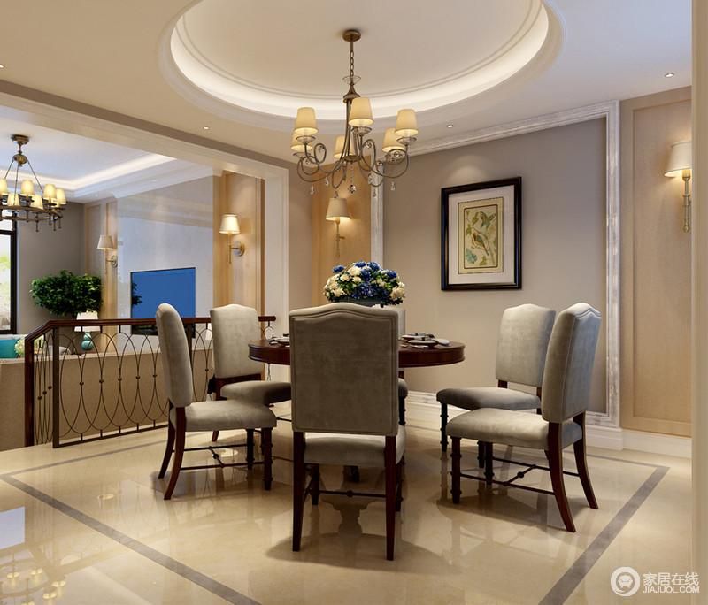 错层设计,使餐厅与客厅自然而然形成空间隔断,中间透过楼梯相联系;灰色布艺餐椅围合在圆桌前,与顶上天花板呼应,大地色系更增添温和感。