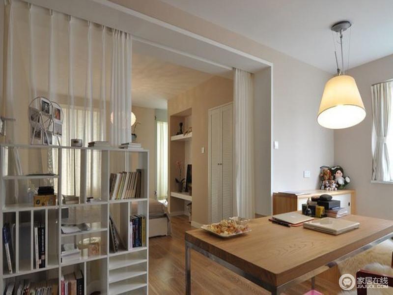 书房位于卧室的另一个侧,通过白色实木书架简单分隔,恰到好处地满足主人在睡眠区之外,能够触碰到生活的文艺气息;除此之外,实木家具看似简单,却秉承着实用的主张,让主人能够既节约空间又以丰富的方式生活。