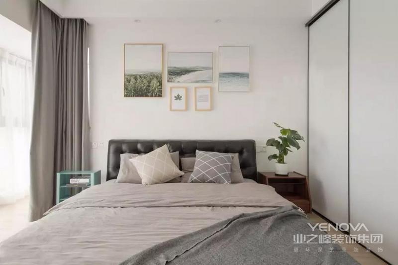 主卧靠床那个墙面是复古绿色,四周是浅灰色。主灯用的是非常有造型感的羽毛灯,营造出一种静谧温柔的气