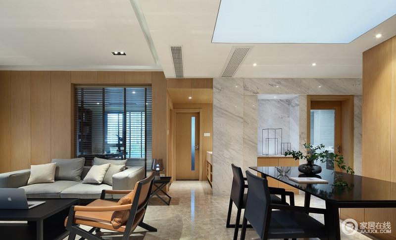 灰色沙发搭配色彩素雅的抱枕、地毯、丰富的织品让这里显得格外温暖,设计师刻意降低的彩度饱和度营造出柔和温馨的气息,让生活够天然。