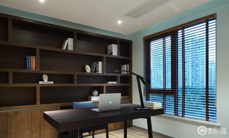 书房用褐红色的书柜和家具来延续空间的设计,同样色系的家具更具整体性;窗户将充足的光线引入室内,工作时候偶尔看看窗外的风景,舒适惬意。
