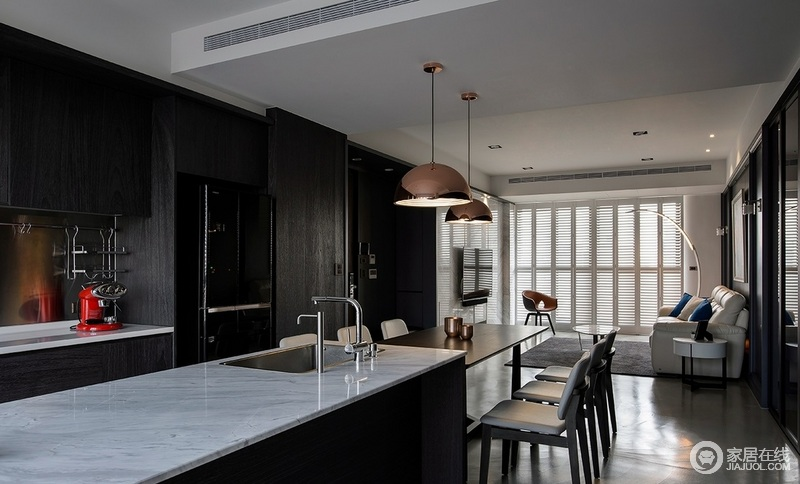 开放式的空间让生活更为现代,灰白色大理石岛台便于实用,而木餐桌搭配金属色北欧吊灯,流程之中,让用餐成为日常最好的时光。