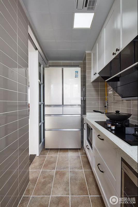 长条形的厨房虽然略显狭窄,但是暖灰色的亮面砖结合暖色的地面砖,搭配白色橱柜,并不显得沉闷,在现代美式的空间里装扮出时尚的空间感。