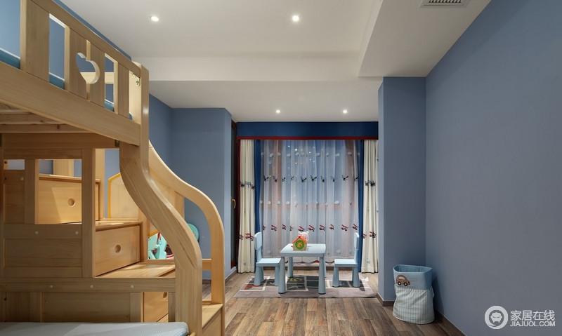 儿童房将素简进行到底,清淡雅致的蓝色干净利落又不失温和质感,在简约的现代气质中渗透几许纯净清透的韵味;实木双层支架床搭配蓝色儿童桌椅,简单轻巧,更显童趣。