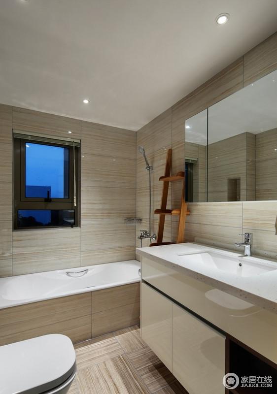 卫生间墙面和台面都是用的浅色木纹瓷砖装饰立面,构造出空间的和煦和温馨,减缓了空间的硬朗,浴缸区和盥洗柜、镜面柜,实用而得体,给生活带来极大的舒适。