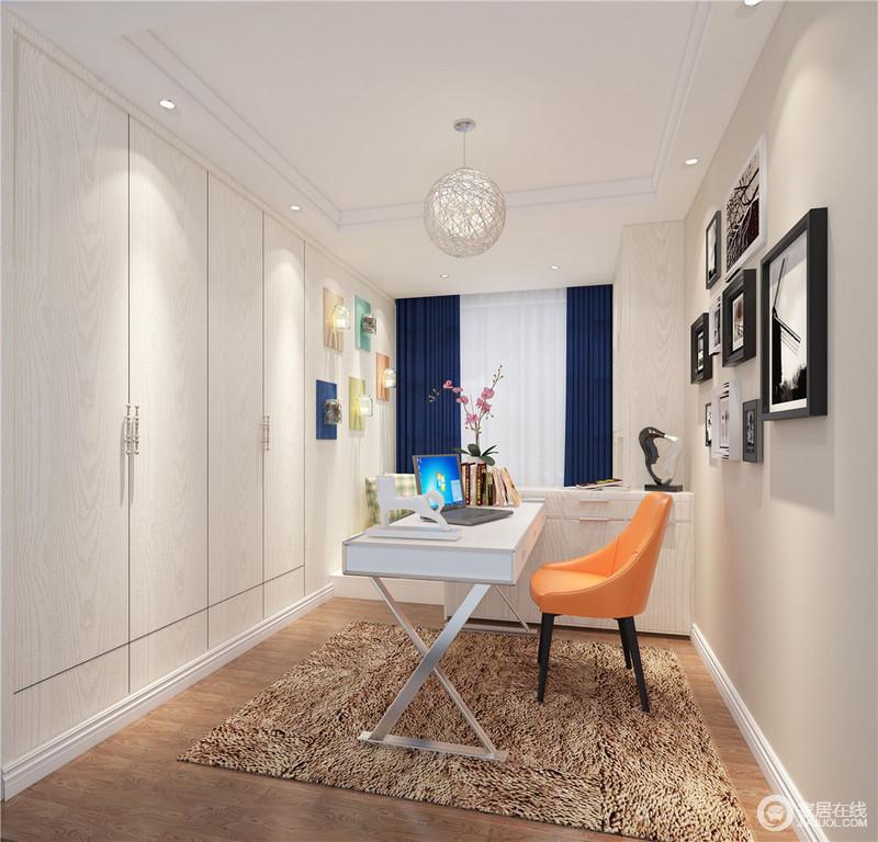 书房的设计简约有序,内置的衣柜节省了大量的活动空间。藏蓝色的窗帘与橘橙色的座椅色彩跳跃,素简的空间里点缀出活泼趣意和柔和明媚感。