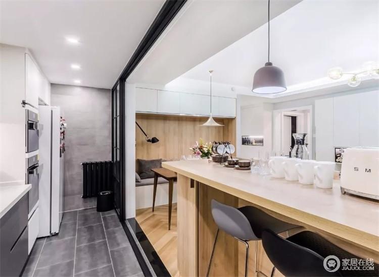 打通客厅与厨房的墙体,装一扇黑框玻璃门,增加客厅的通透性。厨房吧台既是隔断又是沙发背景,平时椅子放起来,不占空间。