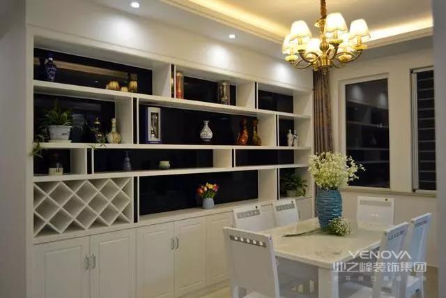 客户这套房子是全屋翻新,一来是作为婚房使用,二来也是弥补初次装修留下的各种遗憾。客户对厨房是最不满意的,放不下多少橱柜,还浪费空间。餐厅的地方采光也特别差。整体家里感觉没有新意。