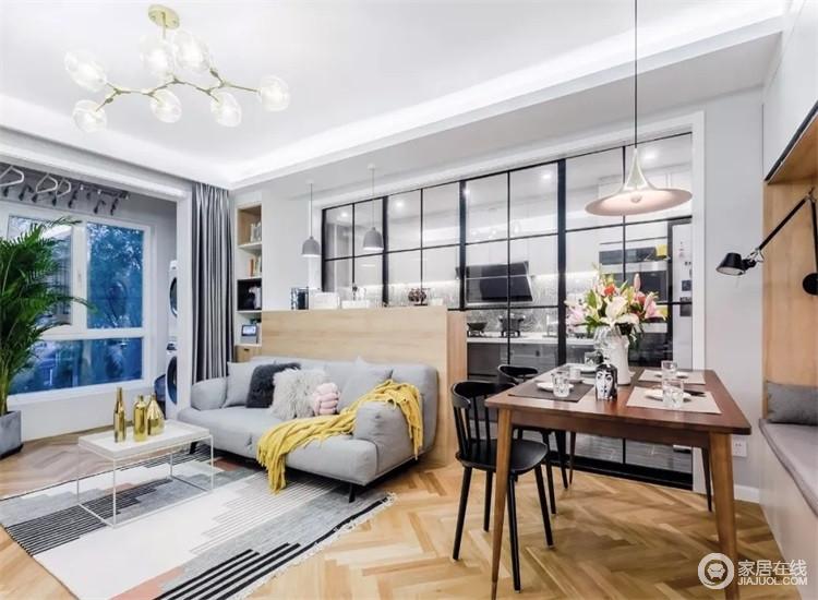 客厅连通阳台,大面积木色搭配灰色沙发和地毯,在黑色金属质感的玻璃门外营造了一个温馨的客厅。