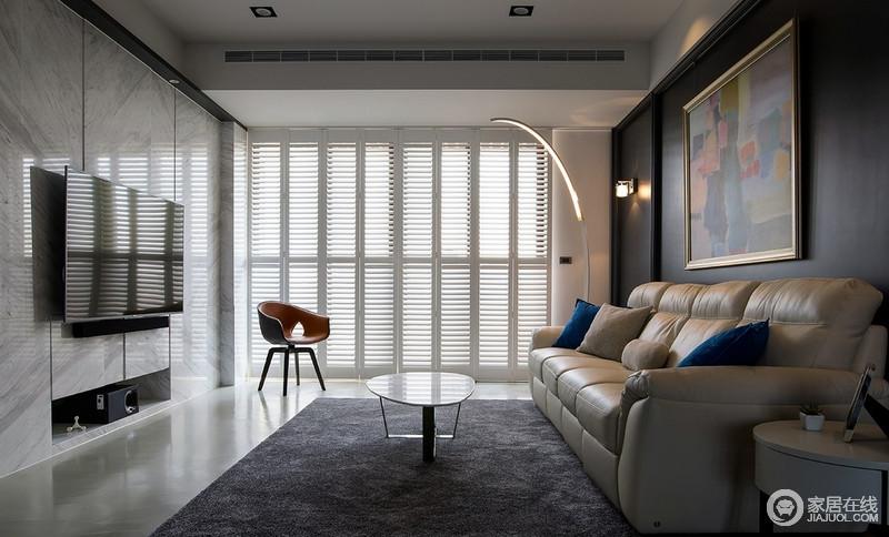 整个空间十分利落,白色床让空间具有线性设计,不仅就光线引入空间,同时,也更有隐蔽性;米色皮沙发搭配深灰色地毯、白色茶几,对比之中,碰撞出简洁、大气。
