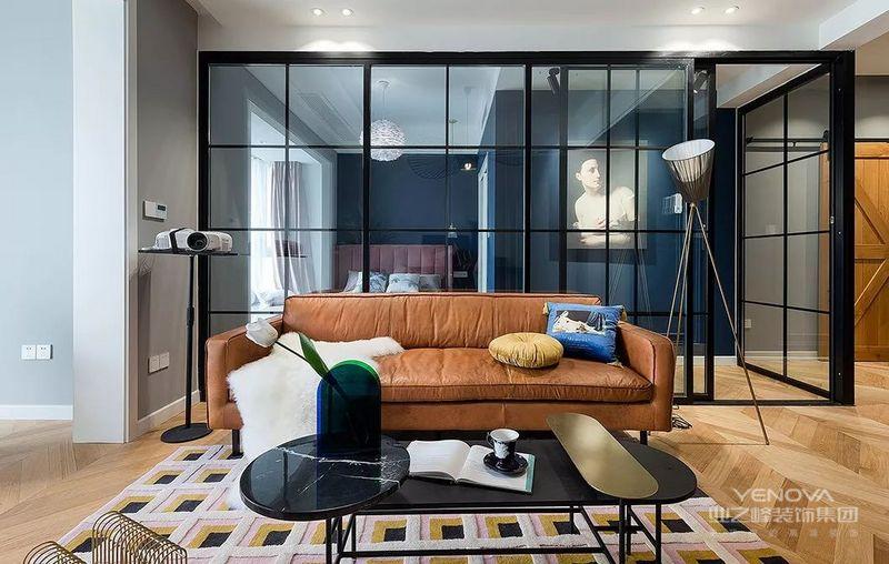 站在客厅,可见玻璃隔断的卧室区域。设计师跳脱了传统客厅以电视为中心的做法,用投影代替了电视的存在。在深夜也可以静静的追剧,或者看场电影,岂不爽哉。