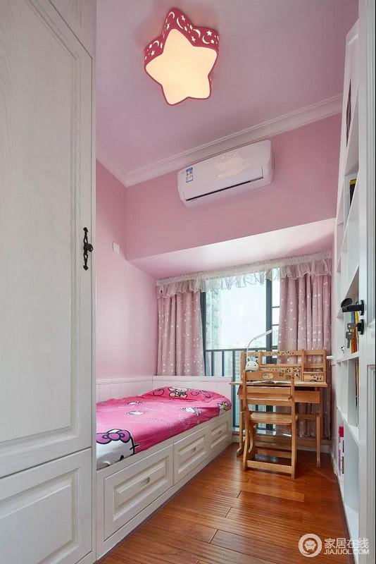 儿童房以粉红色漆粉刷空间,搭配白色榻榻米、书柜与木色的书桌,构成洁净温馨,自然大方,也满是甜美感。