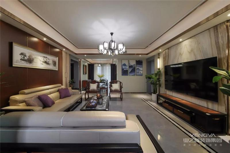 这是一套150平米的新中式风格装修,整体以现代时尚的线条感设计,搭配上端庄成熟的中式家具,营造出一个充满文韵与庄重的中式居家氛围,彰显出主人不凡的气质。