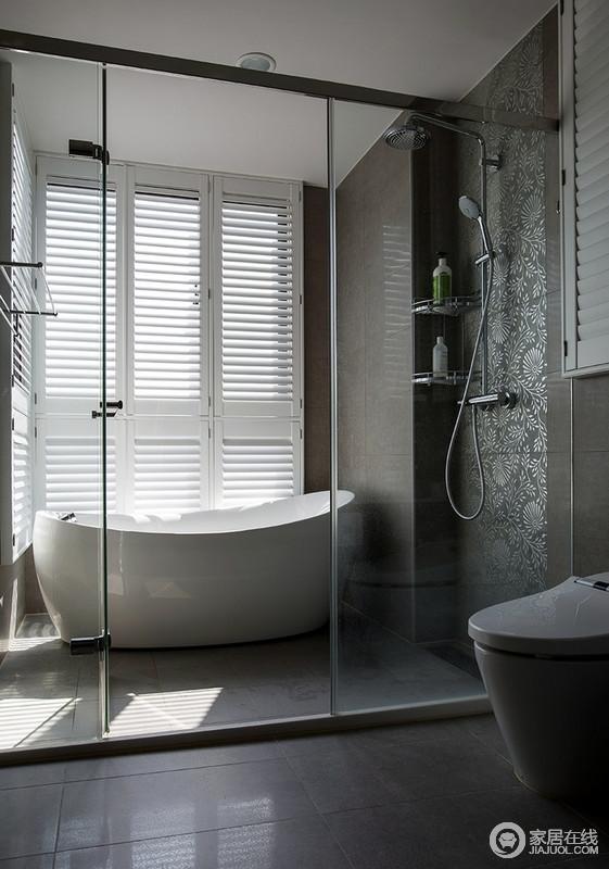 卫生间的白色百叶窗为浴室带来线性之光,让原本灰色氛围的浴室更为明快,灰色花纹转搭配浴缸,让泡澡的时光更为舒适和惬意。