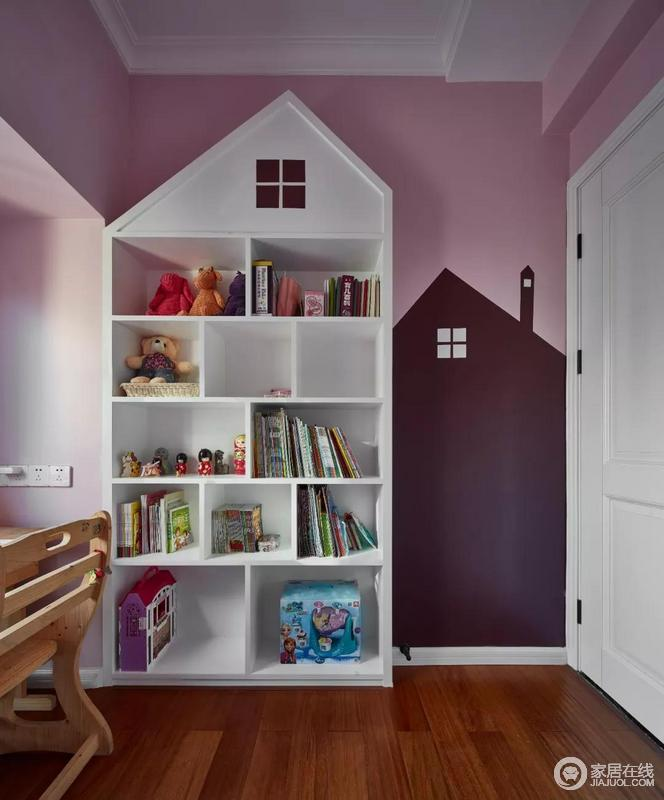 """儿童房独特的斜顶书架与黑板墙,装扮出了一个童趣的空间,显得活泼而有趣;在粉色、紫色和白色书架的色彩中和,空间更多了一些造型美学,赋予生活活色,也传达出""""家""""的理念。"""