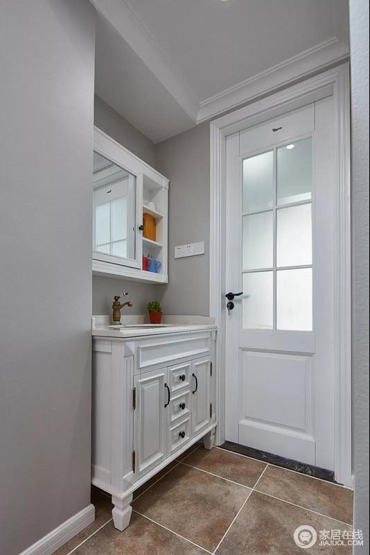 洗手盆设在卫生间的门外,自然而然地进行干湿分区,十分利落;灰色的墙面搭配白色木门和盥洗柜,灰白之间,彰显出现代的简洁,解决收纳需求之余,更为精小洁净。