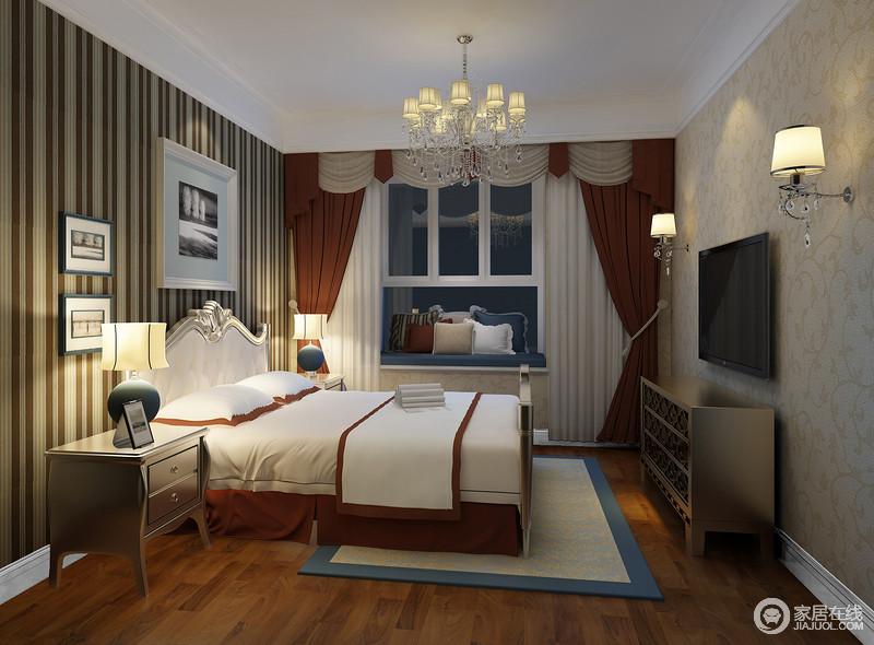 客卧主体色调比较内敛淡雅,条纹配印花的风格延续了整体空间风格;橘橙、白与深蓝色相间的布艺、织物,点缀出温柔的色彩;家具的金色,平添了空间轻奢的贵气。