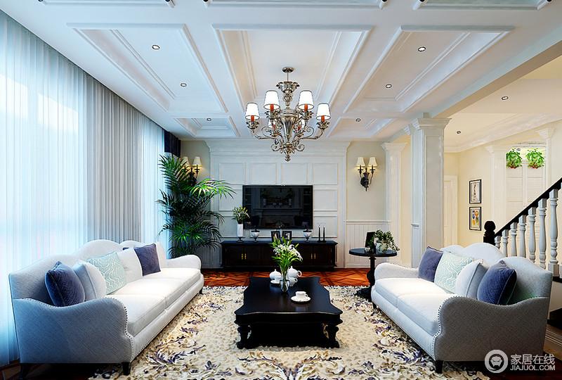 客厅的吊顶以石膏勾勒矩形造型,立体而大气,水晶灯因为复古编织花色地毯更是装饰出了奢华;两个白色沙发对衬而放,十分和谐,蓝色系靠垫作为点缀,赋予空间小清和。