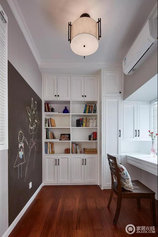 书房因为建筑结构做了巧妙的收纳性设计,高低不同的书柜、储物柜化解了结构的缺陷,呈现出一个规整的效果;靠窗的位置是书桌,可以让阳台透过百叶窗照进室内,而大面积黑板墙给孩子发挥想象力和动手里的空间,颇为温情。