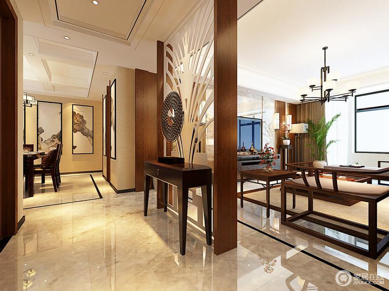 走廊铺贴了米色砖石,在光色的照耀中,一片祥和温暖;玻璃屏风解决了空间暴露的困惑,搭配岸几和艺术品,营造着虚实雅致,既互动,却各自独立,延续着东方造景取物的雅致和大气。