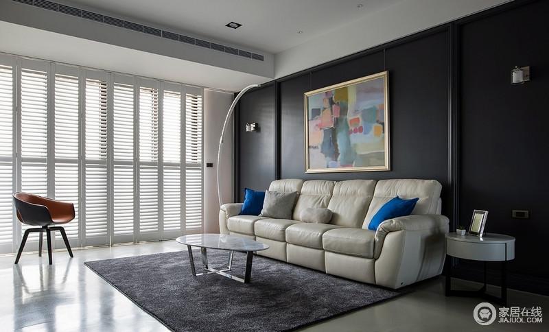 电视墙的灰白色大理石以抽象的肌理呈现浑然天成的美学,而黑色背景墙因为一副抽象彩色画而多了艺术气息,让你能够再此享受宁静。