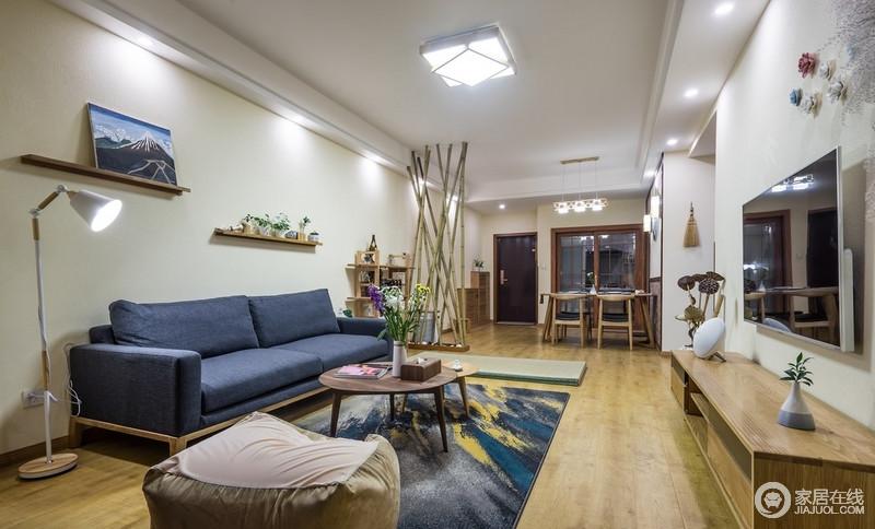 木线条、青竹屏风隔断与素色亚麻墙布、草编窗帘都充满了日式元素,让空间足够平实温暖。
