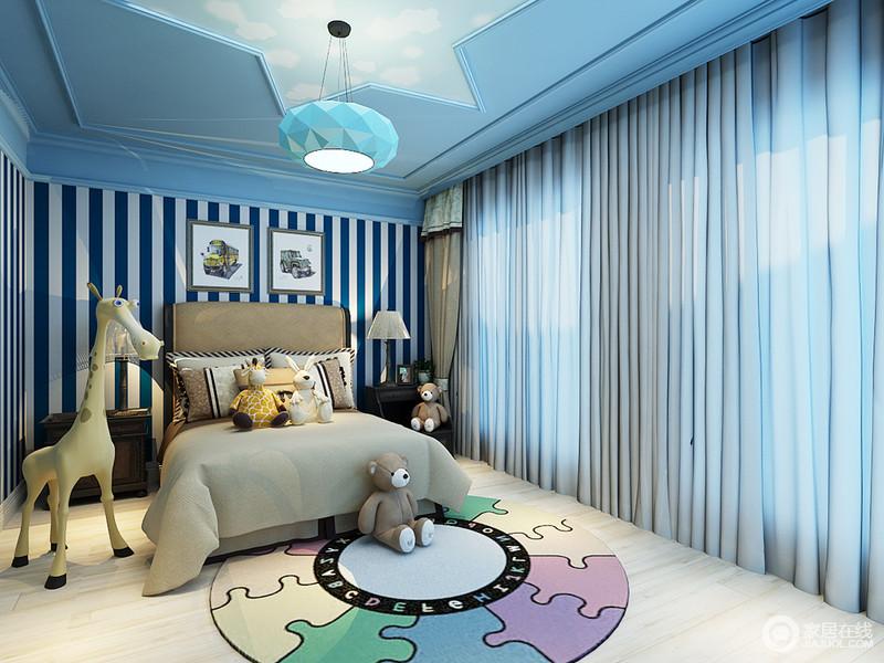 儿童房以原木地板来造就朴素,搭配驼色窗帘和床品,显得更为温馨;吊顶上的星状造型与多立面圆吊灯,增加了不少趣味,与拼图地毯,构成造型美学;藏蓝色与白色条纹壁纸给来魔幻感,与美式实木家具的厚重截然不同,却打造了一个足够舒适、童心时尚的空间。