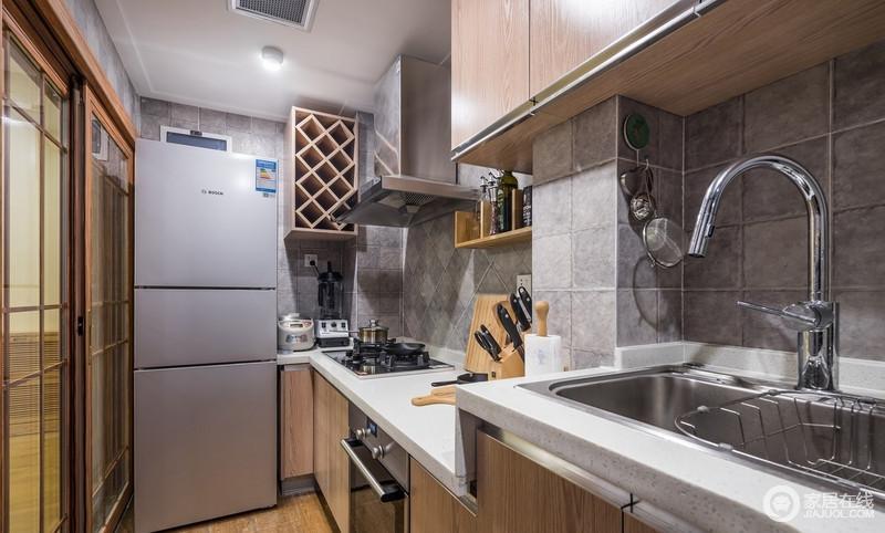 厨房空间人性化设计,大方实用,不求富丽堂皇,而以素雅自然为特色,喜用木修,不施油彩,欣赏自然质朴的情调与意趣,正如灰色墙砖与白色台面,搭配木质橱柜,构成生活的全部温馨。