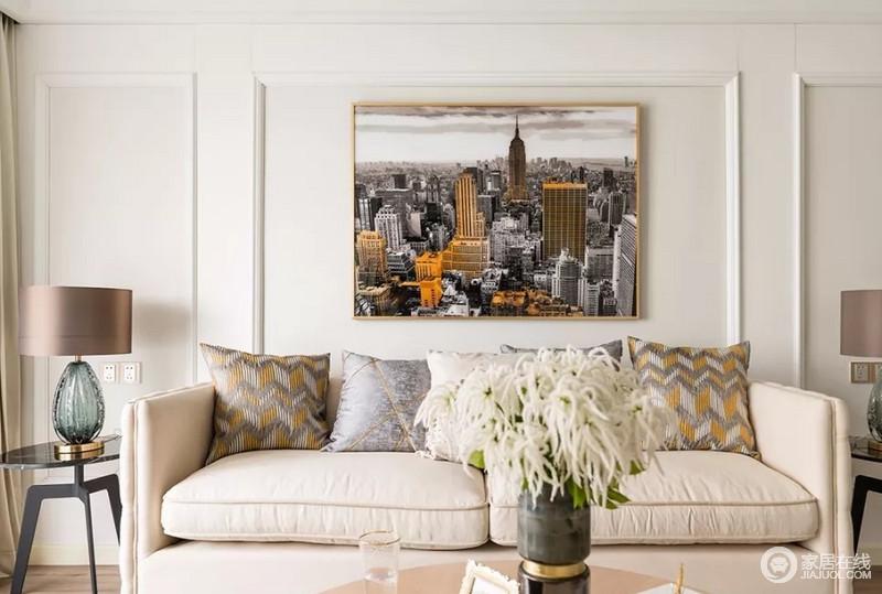 浅色木线条勾勒沙发背景,点缀现代感强烈的建筑摄影装饰画衬托,营造出一个时尚优雅的空间。