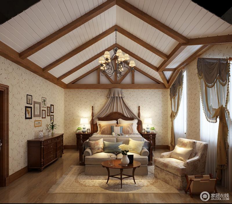 卧室人字形吊顶以实木梁柱作为支撑,突出结构感之余,白色板材加以美化,强调对比之美;白色花卉壁纸与木地板营造朴实的田园气息,与美式实木家具的考究和厚重,酿造家的美式质感;美式铁艺灯搭配灰色床幔,营造复古风,也营造舒适的氛围,而另一个区域,则以美式沙发、圆几、地毯陈列出了一个休息区,十分惬意。