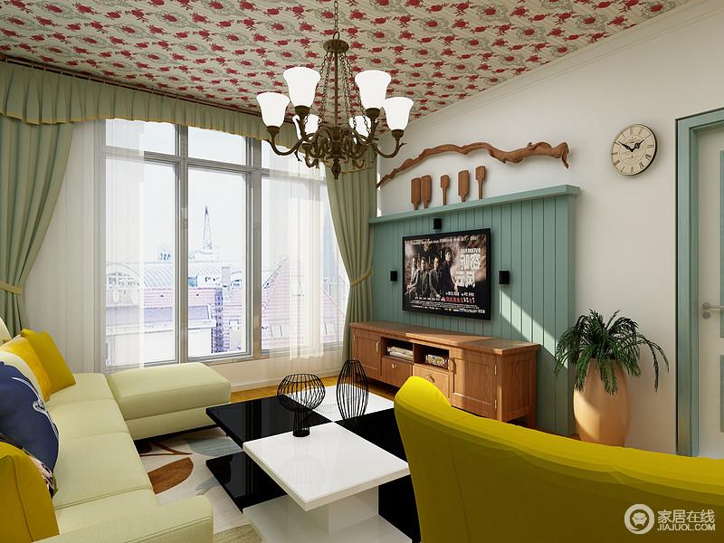 客厅虽然面积不大,但是从设计上以绿色板材背景墙来搭配欧式红色花纹吊顶,让空间多了一份奢华;青绿色的窗帘搭配沙发,无形中让空间清新了不少,给人一种色彩般的活力。