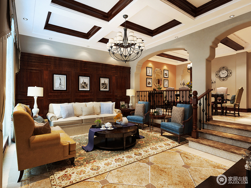 空间以古典结构造型和楼梯做了区域划分,却不失互动美学;白色与褐色实木令吊顶具有几何立体与色彩对比效果,强化了设计;褐色实木储物柜放置在沙发后面,既具有收纳功能,搭配画作又装饰出美式古典文艺;蓝色扶手椅、黄色沙发的冲撞式设计缓解了米色沙发的朴质,令空间具有色彩明丽。