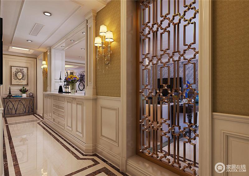 走廊空间上,设计师以中式花窗和漏窗设计手法,巧妙的融入到美式空间中,使整个空间在隔而不断中透着朦胧的典雅气质;姜黄暗纹壁纸拼接白色墙板,又增添空间的层次感,加上地面线条的营造,极富表现性,也诠释出简单而又精美的奢华感。