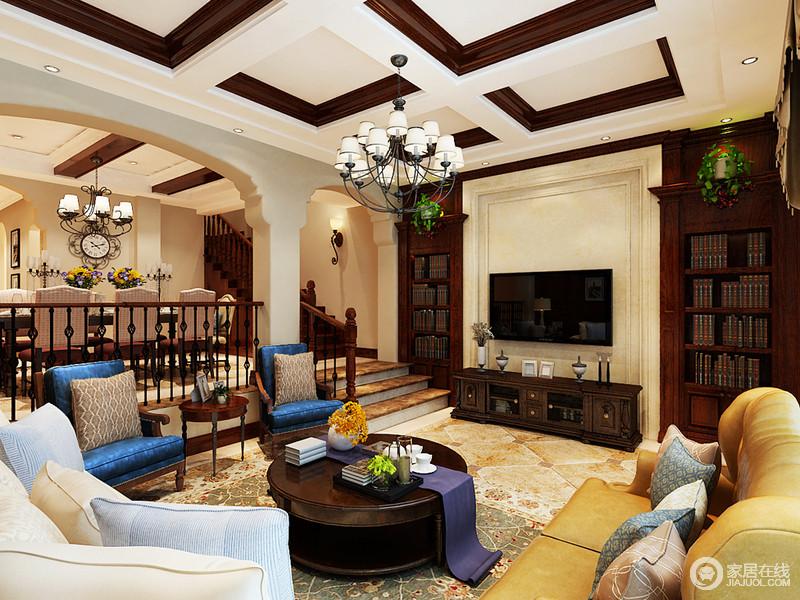 空间以米色为基底,搭配米色仿旧砖,用褐黄色大理石来铺贴台阶,以石材来构建空间的朴质硬朗;电视墙因为复古的褐色实木书柜满是古典气息,再加上美式实木家具陈列在其间,更是显得厚重与古典奢华。