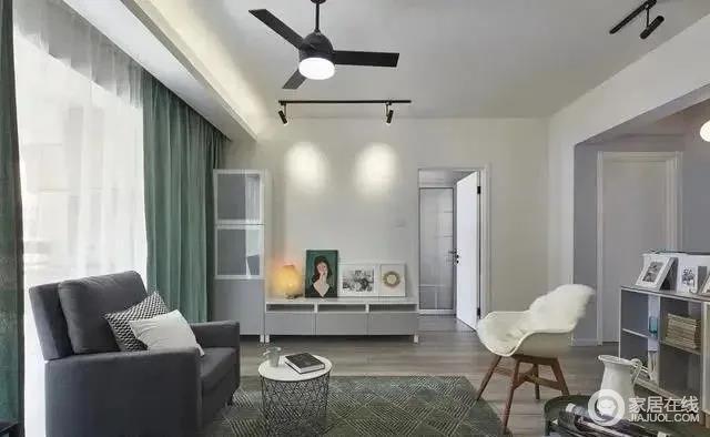 客厅地毯和窗帘采用天然的绿色,配合纯色地毯打造舒适的空间氛围,有序的家具陈列出和谐的空间布局。