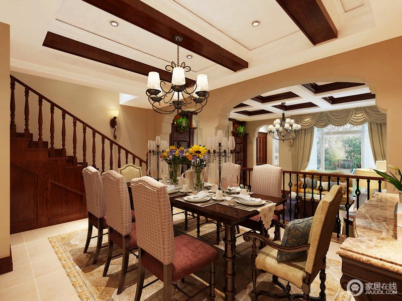客厅与餐厅以结构做区分,却流动着美式情调,楼梯起到衔接空间的作用;餐区以仿旧砖和花纹砖拼接的方式,强化区域性,而美式家具组合的古朴和古典,雕琢出生活的考究,花卉与餐具彰显主人的品味。